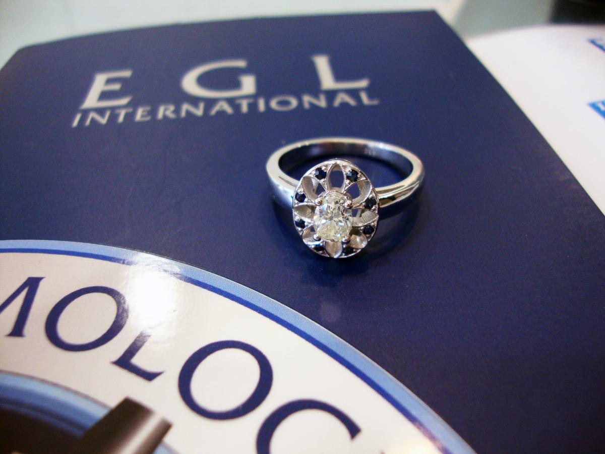 pierścionek na rocznice ślubu z diamentem owalnym